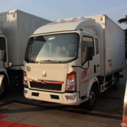 Sinotruk HOWO 4X2 Small Refrigerator Van Truck for Sales